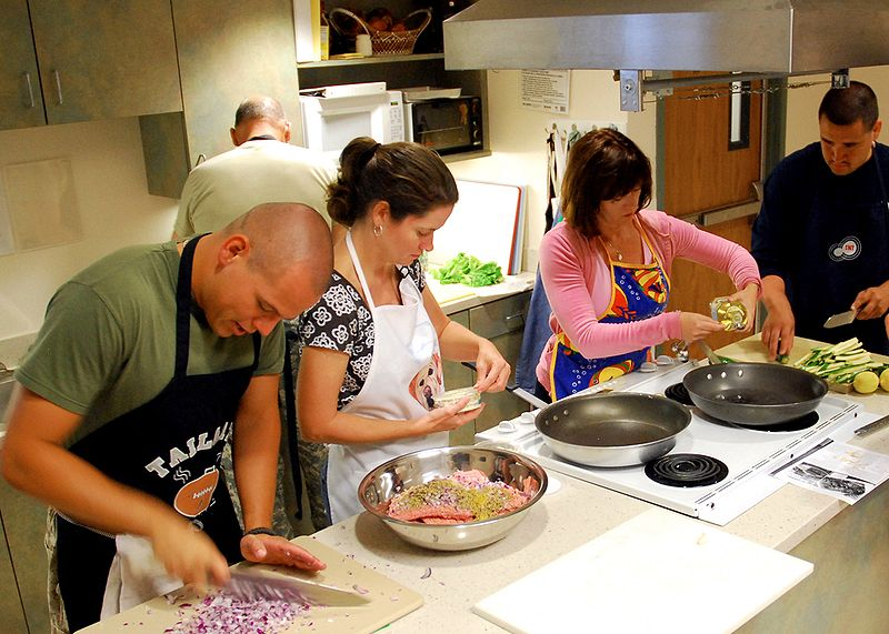 800px-US_Navy_090818-N-6326B-001_Staff_and_patients_participate_in_a_healthy_cooking_class_at_Naval_Medical_Center_San_Diego