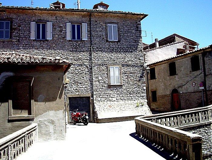 Scorcio_con_palazzo_Castell'Azzara_(GR)